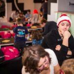 Mikołajki 2017 - wolontariusz siedzi przy stole