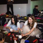 Mikołajki 2017, dwie wolontariuszki w tiulowych spódnicach na warsztatach plastycznych