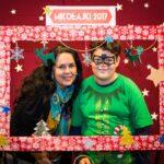 Mikołajki 2017 -kobieta i chłopiec pozują za świąteczną ramą