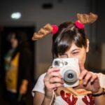 Mikołajki 2017- kobieta z aparatem Polaroid, pozuje do zdjęcia