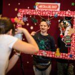 Mikołajki 2017 -dwóch chłopców pozuje za świąteczną ramą