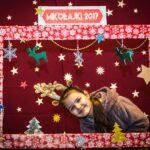 Mikołajki 2017 -dziewczyna pozuje za świąteczną ramą
