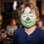 Mikołajki 2017 - chłopiec z pomalowaną na zielono twarzą, pozuje do zdjęcia