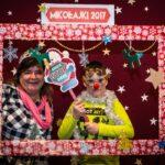 Mikołajki 2017 - kobieta i chłopiec pozują za świąteczną ramą
