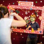 Mikołajki 2017 - chłopiec pozujący za świąteczną ramą