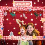 Mikołajki 2017 - dziewczynka i kobieta pozujące za świąteczną ramą
