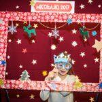 Mikołajki 2017 - dziewczynka pozująca za świąteczną ramą