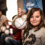 Mikołajki 2017 - dziewczynka pokazująca udekorowaną przez siebie bombkę