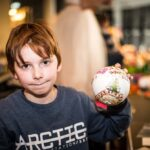 Mikołajki 2017 - chłopiec pokazujący udekorowane przez siebie bombki