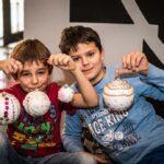 Mikołajki 2017 - chłopcy pokazujący udekorowane przez siebie bombki
