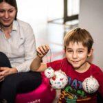 Mikołajki 2017 - chłopiec pokazuje udekorowane przez siebie bombki