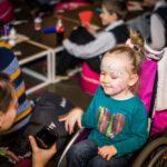 Mikołajki 2017, dziewczynka na wózku, ma pomalowaną twarz