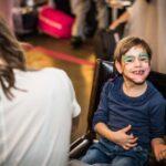 Mikołajki 2017 - dziewczynka z pomalowaną twarzą, uśmiecha się
