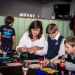 Mikołajki 2017 - warsztaty plastyczne, kobieta i dwójka chłopców