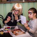 Mikołajki 2017 - malowanie buzi, dziewczynka przeglądająca się w lusterku