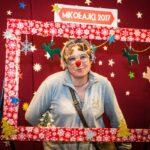 Mikołajki 2017 - kobieta z ozdobnymi okularami pozuje do zdjęcia