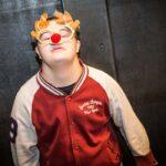 Mikołajki 2017 - chłopiec z ozdobnymi okularami pozuje do zdjęcia