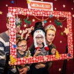Mikołajki 2017 - rodzina, wszyscy mają świąteczne ozdoby, pozują za ramą do zdjęć