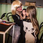 Mikołajki 2017 - kobieta maluje buzię dziewczynce
