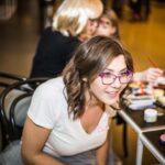 Mikołajki 2017 - kobieta siedzi na krześle, uśmiecha się