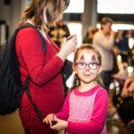 Mikołajki 2017, dziewczynka z pomalowaną twarzą, patrzy prosto w aparat