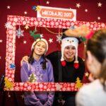 Mikołajki 2017, kobieta i dziewczynka pozujące do zdjęcia, przed nimi świąteczna rama