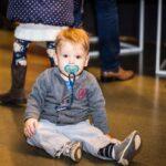 Mikołajki 2017, mały chłopiec siedzący na podłodze