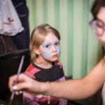 Mikołajki 2017, malowanie twarzy, dziewczynka