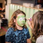 Mikołajki 2017, malowanie twarzy, chłopiec z zieloną twarzą
