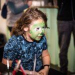 Mikołajki 2017, chłopiec, pomalowana na zielono buzia