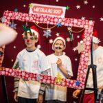 Mikołajki 2017, trzech chłopców za świąteczną ramą, pozują do zdjęcia