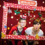 Mikołajki 2017, kobieta i dziewczynka za świąteczną ramą, pozują do zdjęcia