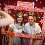 Mikołajki 2017, dwie kobiety za świąteczną ramą, pozują do zdjęcia
