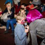 Mikołajki 2017, sala kinowa, chłopiec mówi do mikrofonu