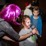 Mikołajki 2017, sala kinowa, dziewczynka śpiewa do mikrofonu