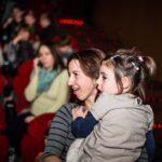 Mikołajki 2017, kobieta trzyma dziewczynkę, sala kinowa
