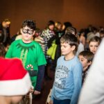 Mikołajki 2017, grupa osób, rozdawanie prezentów