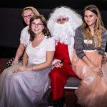 Mikołajki 2017, Mikołaj, przy nim trzy dziewczyny w tiulowych spódnicach