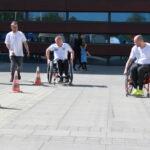 piknik miejski - wyścigi na wózkach między pachołkami
