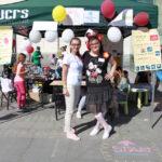 piknik miejski, uśmiechnięte kobiety pozują do zdjęcia