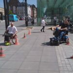 piknik miejski, wyścigi na wózkach między pachołkami