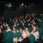 sala kinowa, uczestnicy gali siedzący w fotelach, klaszczą