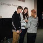 grupa młodych osób przyjmuje gratulacje od kobiety - dyrektora fundacji