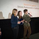 grupa młodych cieszących się z odebranej nagrody