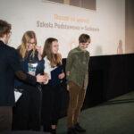 grupa młodych osób odbierająca nagrodę