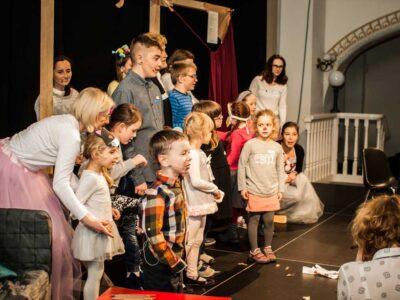 przedstawienie mikołajkowe, grupa aktorów ogrywa rolę na scenie