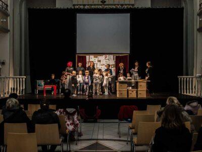 przedstawienie mikołajkowe, grupa aktorów stoi na scenie