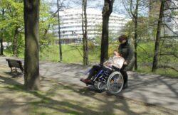 asyetntka z kobietą na wózku inwalidzkim w parku