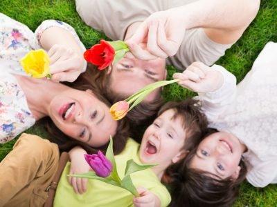 Familie im Sommer mit Blumen